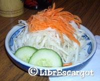 中国系日本料理の店先の写真ではキャベツだけのサラダが多いのに、ここではニンジンとキュウリも乗っているという豪華版サラダでした!