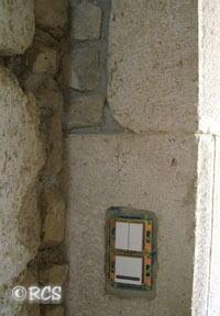 石壁に取り付けられたコンセント