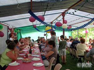 庭につくられたパーティー会場