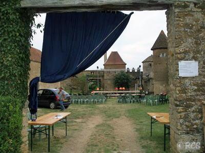 城の中庭にしつらえたコンサート会場