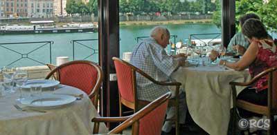 ソーヌ川沿いのレストラン