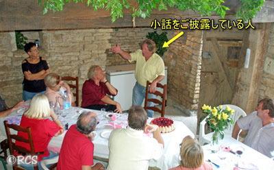 パーティーの席では、話題が途切れたときに男性が小話を披露することがよくあります。
