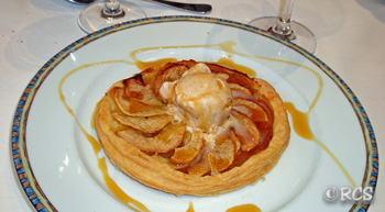 レストランで出された林檎タルト。上にはバニラ・アイスクリームがのっています