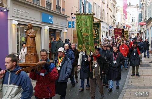 聖ヴァンサンの像をかつぐ人々