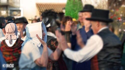 女性がかぶっている帽子はキシュノットと呼ばれます