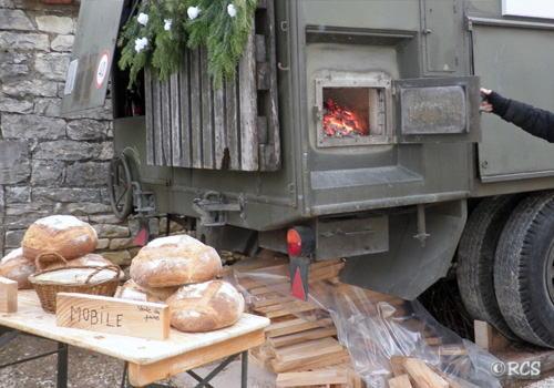 パン焼き窯を熱するのは薪