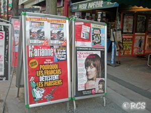 雑誌などを売っている店の前にあった広告
