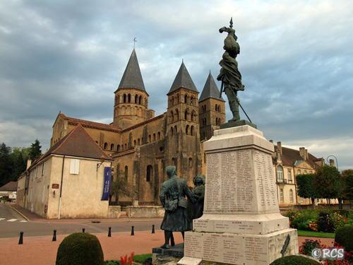 教会の前にたつ戦没者慰霊碑