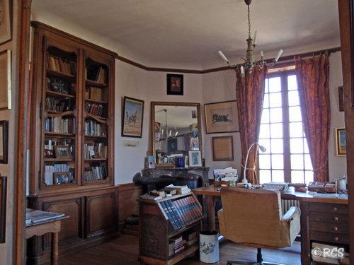 ジュール・ロワが使っていた当時の姿を残した書斎